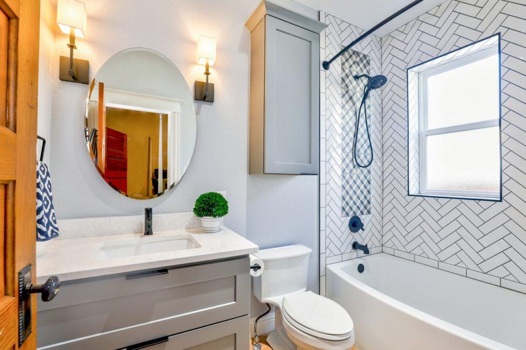 architecture bathroom bathtub 1910472 1024x682 Kinkiety w kuchni i łazience — ułatw sobie życie odpowiednim oświetleniem
