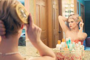 Jak dobrać kinkiety nad lustro w różnych pokojach?